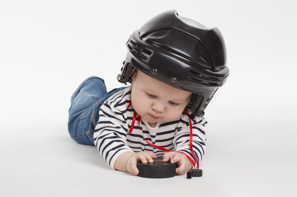 Bébé qui joue avec un puck et un sifflet